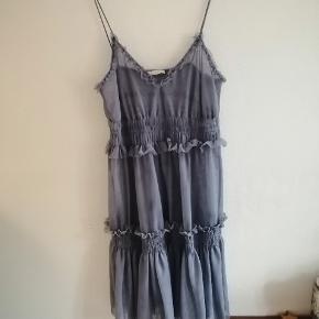 Grå blå mesh kjole med flæser fra H&M. Underkjole medfølger ikke