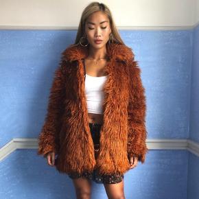 Virkelig dejlig, varm, og smuk farve faux fur fra Weekday. Brugt over 1 sæson. Fejler intet.  Bud på mindre end annoncen besvares ikke.  Mødes kun ved handel, og sender kun ved køb over 100,- ekslusiv forsendelse🛍