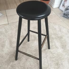 Fin sortlakeret barstol med fodstøtte i 4 forskellige højder. Masser af brugsspor, men ingen skader. Står i Hvidovre.