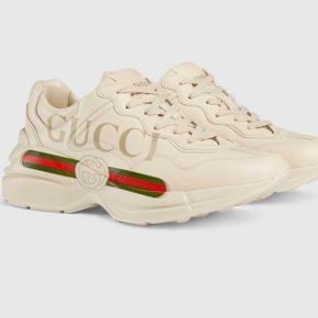 Sælger disse fede Gucci sneakers i en str 38,5. Det er kun brugt et par enkelte gange, og der er ingen tegn på slid. Nyprisen lå på 5.500kr og vil gerne så tæt på den som muligt. Kvittering æske og det hele haves