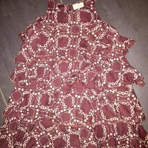 Varetype: Kjole Farve: Bordeaux Oprindelig købspris: 350 kr.  Fin kjole fra marmar, med lag hele vejen ned fra brystet. SÅ yndig.