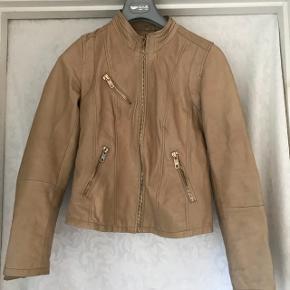 Skind jakke, svarer til en str. M