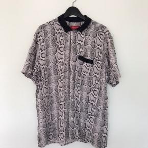 Supreme Rayon Snake Skin Shirt SS12  Pæn stand  Legendarisk piece Perfekt til sommer ☀️ Størrelse Xl   Forespørgsler om mere information eller flere billeder er meget velkomne.   * Se gerne mine andre opslag. Jeg giver gerne mængderabat *