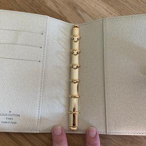 Smuk agenda fra Louis Vuitton i Damier Azur  Det er den lille størrelse .  Meget lidt brugsspor, se billeder .  Datokode ses på billede .  Pris omkring 850 kr plus evt porto .