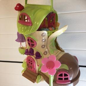 Rigtig fin Play2learn hus inkl feer og møbler  Kan lyse og afspille en lyd, når man ringer på ringklokken.  Byd