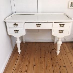 Gammelt H C Andesen skrivebord med 5 skuffer.  Måler: 126 cm Længden 60 cm i bredden 77 cm i højden