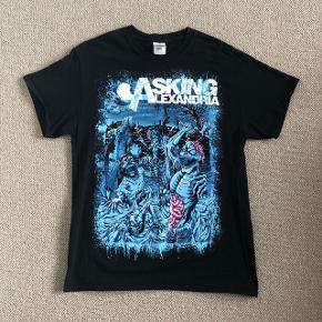 Asking Alexandria t-shirt sælges. Brugt en enkelt gang, fremstår som ny.  Kan afhentes i Fredensborg, eller sendes mod betaling af porto.