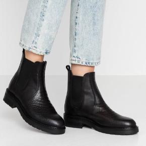 Støvlerne er brugt 2 gange, og fejler ingenting. Sælges da de desværre er for store  Pavement støvler (Maria Two - Black croco) Støvlen har elastisk i begge sider, så den er nem at komme i, og sidder stadigvæk stramt omkring foden.  Ydresålen er med dybt mønster så den er skridsikker