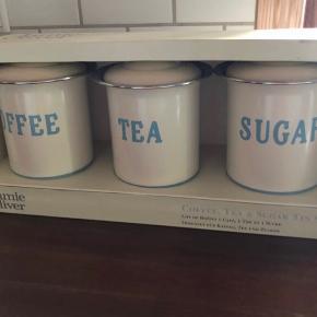 Jamie Oliver krukker til te, kaffe og sukker.   Nypris 550,-  Mp 200,-   Kan afhentes i Esbjerg/Holsted/Odense efter aftale :)   Måler 18x13 cm