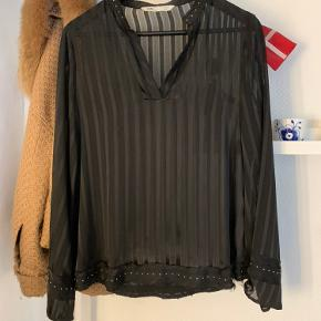Zara denim skjorte. Størrelse: M  Farve: sort mesh, med små sølvfarvede nitter både ved krave, bund og ærmer.