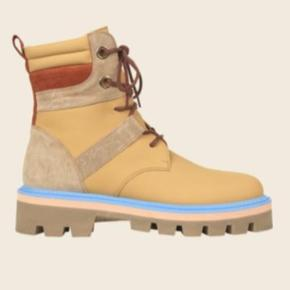 Str. 40. Aldrig brugt! Nypris: 3400kr.   Gilda Boots in Vanilla colour. These cool boots are made in a pastel yellow colourway with a light blue and soft pink detail on the sole and brown leather laces. Made from genuine leather.   - Leather. - Rubber sole. - Made in Portugal.