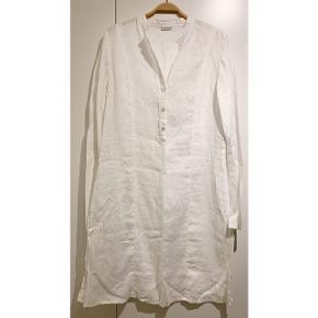 Lang hvid skjortekjole fra Noa Noa ⚪️  - 100% hør - lang skjorte / skjortekjole - næsten som ny - nypris 699,-   Se også mine andre fine annoncer. Sælger billigt ud og giver gerne mængderabat 🌟