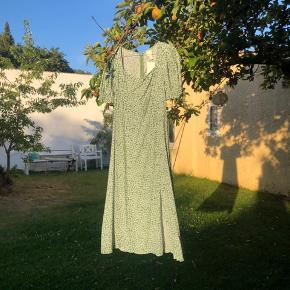 Grøn blomstret kjole, med den smukkeste udskæring ☘️ aldrig brugt!
