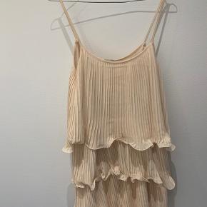 Super fin kjole fra h&m. Har været brugt en enkelt gang.   Da jeg ikke kan passe den længere, tages der ikke billeder med på 😊