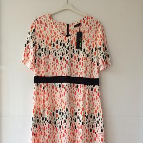 Flot kjole / viskose / lynlås bagpå/ længde ca. 100 cm / brystmål ca. 2 x 49 cm / talje ca. 2 x 43 cm
