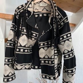 Super lækker jakke med broderi og flæser. Købt sidste sommer og brugt lidt sidste år.  Der er ingen spor af brug og jakken er super fin.  Str. L og jakken sider mega pænt.