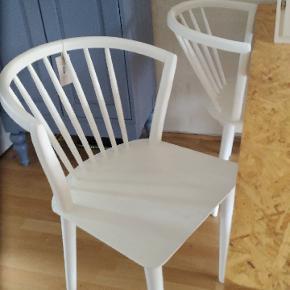 Har fået 4 hvide Bloomingville stole i julegave, har nu samlet dem og de passer ikke til mit spisebord...nypris. 4400