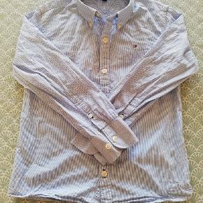Stribet Tommy Hilfiger skjorte str 128, brugt få gange.