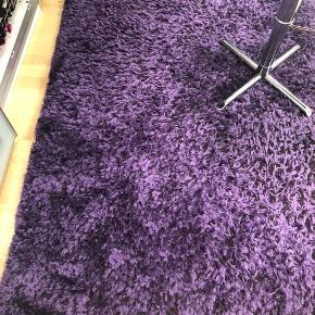 Mørke lilla tæppe. Brugt i nogen år i et makeup rum. Fejler ikke noget andet end brugstegn.   Nypris 1500kr ( tror den er fra ilva) Str 137 bred og 200 længde