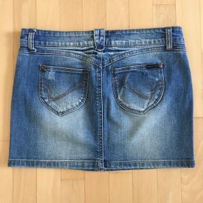 Rigtig fin denim nederdel. Brugt få gange, fremstår som ny.
