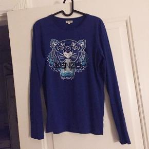 Flot Kenzo trøje, der intet fejler. Ikke tegn på slid, men er brugt og vasket nogle handler helst over Mobile Pay for at spare gebyret. Prisen er i så fald 200,-