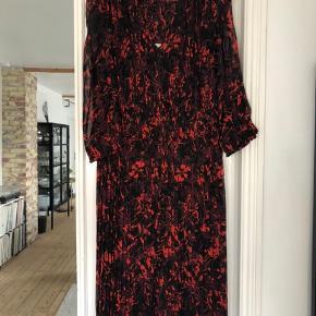 """Smuk kjole med plisseringer fra By Malene Birger i modellen """"Otter"""" strl. 32 (passer op til strl. 36, hvis man bruger en anden underkjole). Nypris 3499kr - brugt få gange, så standen er perfekt.  Bytter ikke."""