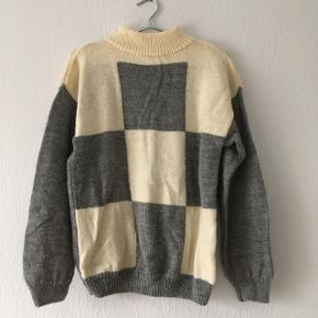 Grå og råhvid ternet sweater strik, intet mærke, men af virkelig god kvalitet, str. L/42