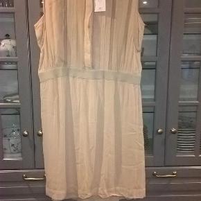 Varetype: Smuk *NY* kjole :-) Størrelse: 44 Farve: Pudder  Smuk ny pudderfarvet kjole fra Noa Noa i str. 44 - meget feminin og romantisk :-)  Over brystet måler den (2 x) 61 cm