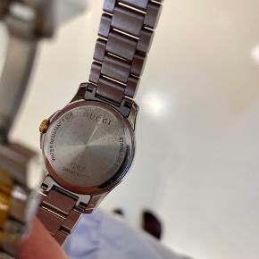 Flot og klassisk ur fra Gucci i stål.  Uret er velholdt. Æsken medfølger.  Mål: 25 mm.   Jeg tilbyder et års reklamationsret, som dækker urværket og at det går korrekt.