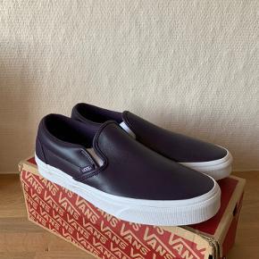 Sælger disse flotte Vans Slip-On i en lilla farve. Skoene er hele nye, med original kasse og tags.   Det indvendige mål er 26,5cm