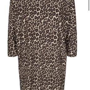 Helt ny ubrugt Alma dress i leopardprint. Størrelsen er S/M