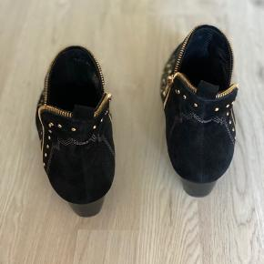 sofie schnoor, model: mathilde  Sort ruskind boots med nitter. Brugt to gange. Lille hak ved hæl derfor er stand sat til slidt :) Nypris 1600
