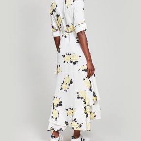 Silvery Dress fra Ganni str. 38 slå-om-kjole.   Brugt 1 gang, fremstår som helt ny.   Nypris 1299,-  Kan afhentes for 700,-