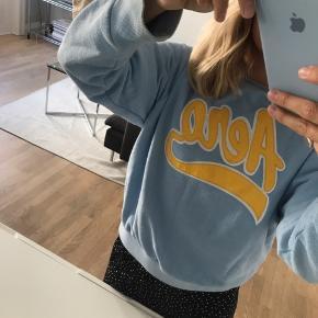 Fed sweatshirt i blå fra Baum str s. Lille plet på gule logo men sikker på den kan fjernes :-)