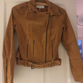 Lys jakke i ægte ruskind, aldrig brugt men dog uden prismærke. Super cool, jeg får den desværre bare ikke brugt 🌻