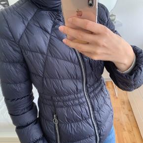 Sælger denne Michael Kors jakke, hvis det rette bud dukker op.  Mener nypris for jakker som denne ligger på omkring 1800-2000 kr.   Den er brugt max 3 gange.  Mp: 600 kr.