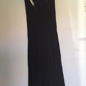 Sort kjole festkjole / sommerkjole med fin ryg. Kjolen har flere lag (se foto 3). Ukendt mærke. Købt i New York.