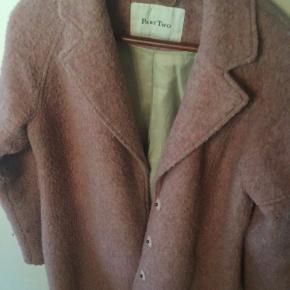 Lækker, varm, lidt oversize frakke fra Part Two. Str er 34, men den fitter også en small og en lille medium. Varm, støvet rosa-farvet - lukkes med trykknapper. Frakken er brugt men i god stand. Mener at jeg gav 1300 for den.