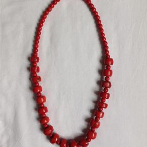 Brand: ? Varetype: Halskæde rød koral Størrelse: Stor Farve: Rød koral  Rød koral kæde. Kæden er 60cm lang, de store perler er ca. 1,8cm i diameter og de små 0,7cm. Bytter ikke