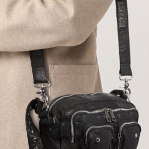 Super fin taske i skind. 6 måneder gammel. Der er lidt slid på spænderne - se billedet.