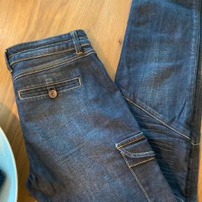 Super fede jeans. De er af 98% bomuld og 2% elastan. Der er lommer på siderne. Sendes for købers regning