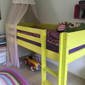 Flot seng fra Manish seng i specialmalet fra fabrikken gul. Med følgende skrivebord og rulleskuffe med hjul til under skrivebordet. Der kan bygges videre på dette møbel. Kig på deres hjemmeside . BYD. 6710