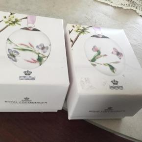 Varetype: Påske æg 2015  lyserød/lyseblå med pileurt samlet 450 kr eller 250 kr pr stk Størrelse: 6 cm Farve: Se billederne  Royal Copenhagen ubrugte æg med rede og bånd fra 2 forskellige farver bånd  Et samler objekt  Sælges stk vis 250 kr pr stk eller samlet 450kr  2015 lyserød (1249947) 2015 lyseblå (1249946) Sender med gls eller dao +39 kr Ts 5%