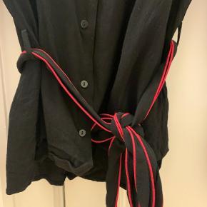 Fin skjorte / bluse fra Gestuz med rød kant og bånd i livet 😊  Den har været brugt og vasket nogle gange, men fejler ikke noget 😊  Skriv pb for flere billeder  Jeg tager gerne imod bud!  Jeg bytter ikke 💕