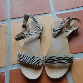 Varetype: Sandaler Farve: se billede Oprindelig købspris: 299 kr.  Så fine - fesværre for hurtigt for små til min datter