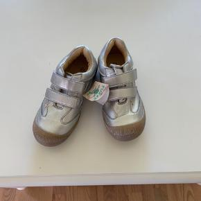 Nye sølvfarvet sko med gummisål og velcro fra Fuzze str 31.  Stadig med mærke.  Køber betaler Porto.