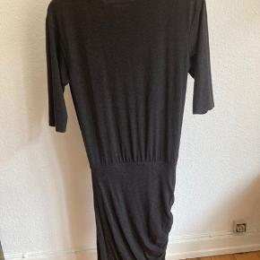 Grå-sort kjole med elastik fra livet og ned.