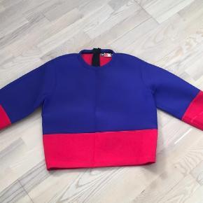Varetype: Bluse Farve: Blå Prisen angivet er inklusiv forsendelse.  Flot bluse fra Italienske MSGM i neopren lignende stof. Ser ud som ny.