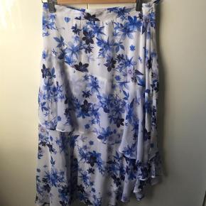 Varetype: Maxi Farve: Multi Oprindelig købspris: 1500 kr.  Gestuz Royal Nederdel. Brugt to gange, og standen er som ny.