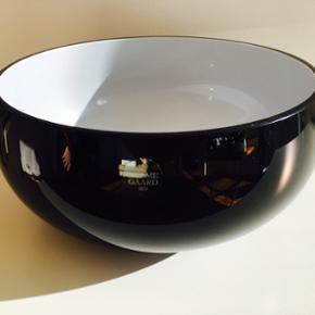 Holmegaard skål i sort.  Skålen er aldrig blevet brugt og kan ikke længere købes.